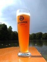 paulaner-hefeweizenbier-glas-mit-logo-englischer-garten-muenchen
